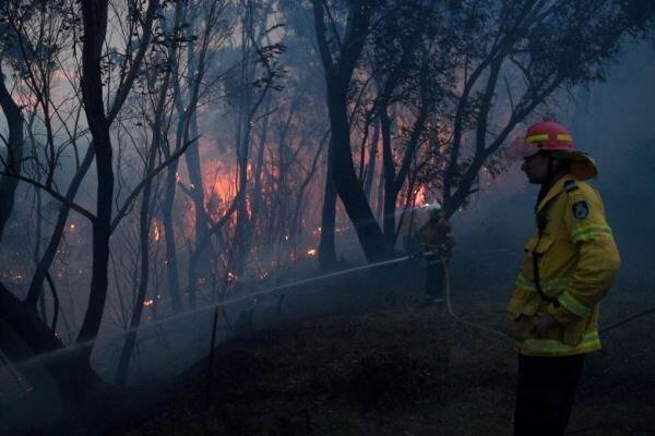 آتش سوزی گسترده در شرق استرالیا، 2 تن کشته و 100 خانه ویران شدند