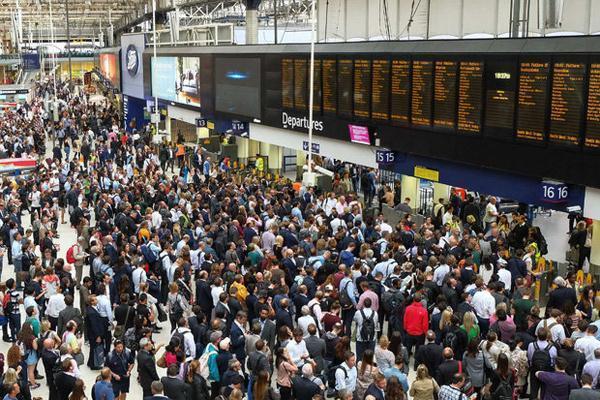 اعتصاب کارکنان خطوط ریلی انگلیس ، صدها هزار مسافر سرگردان شدند